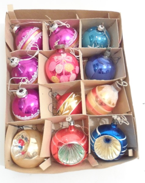 VINTAGE CHRISTMAS TREE DECORATION TWELVE BLOWN GLASS BAUBLES 1960S VARIOUS COLOURS INDENTS IN BOX